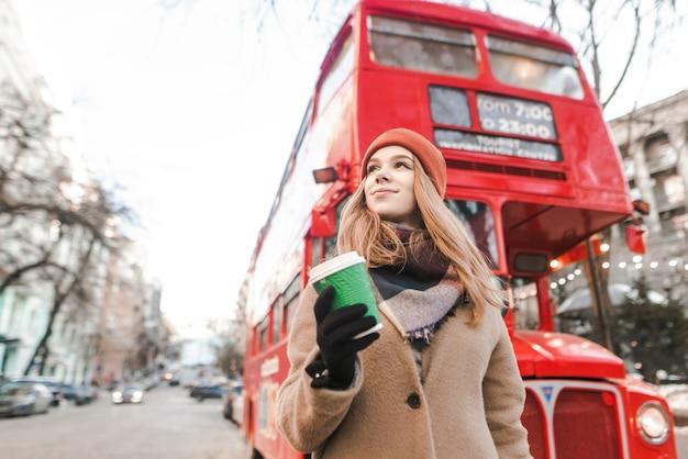 Ritratto di donna con una tazza di caffè