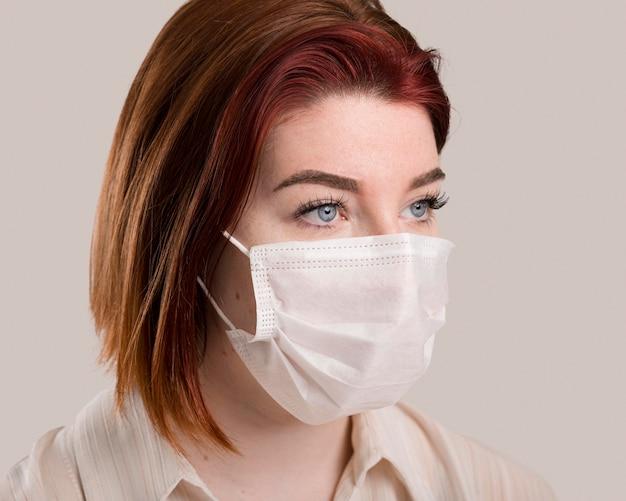 Ritratto di donna con il concetto di maschera facciale
