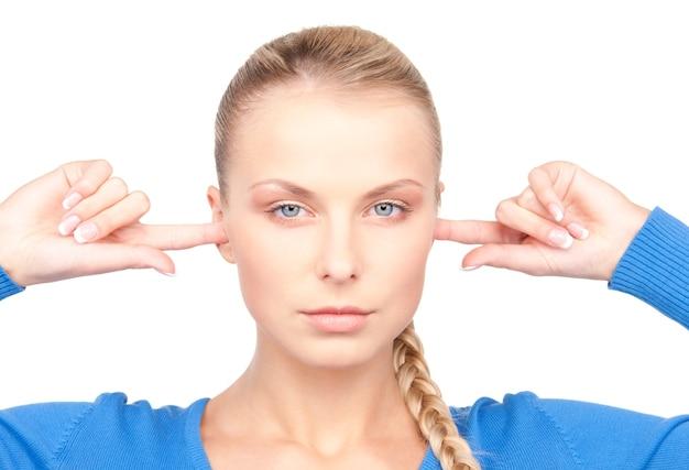 Ritratto di donna con le dita nelle orecchie