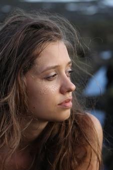 Ritratto di una donna con i capelli volanti
