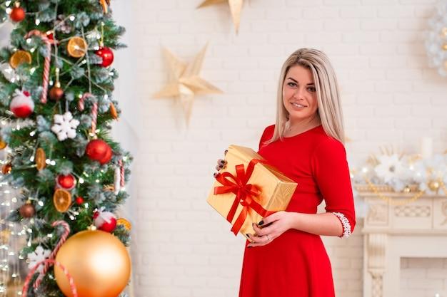Ritratto di una donna con un regalo in mano
