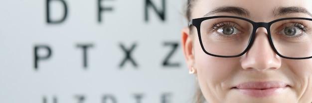 Ritratto di donna con gli occhiali sullo sfondo del tavolo oftalmico