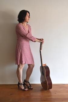 Ritratto di una donna con una chitarra