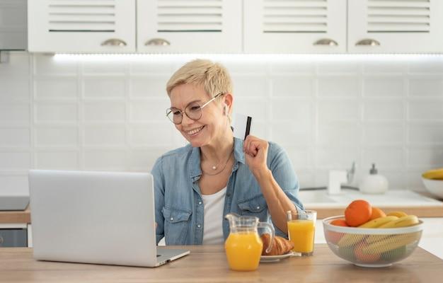 Donna del ritratto con il lavoro del computer portatile