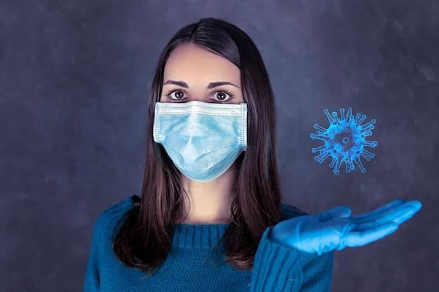 Ritratto di una donna con maschera e guanti in possesso di coronavirus Foto Premium