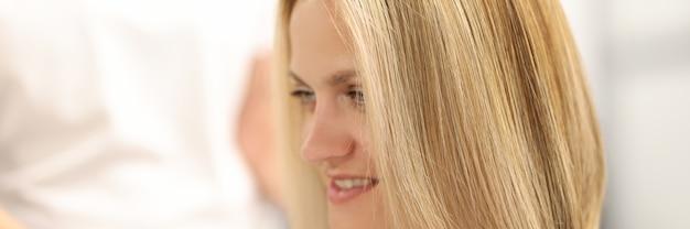 Ritratto di donna con nuovo taglio di capelli e colorazione dei capelli nel salone di bellezza
