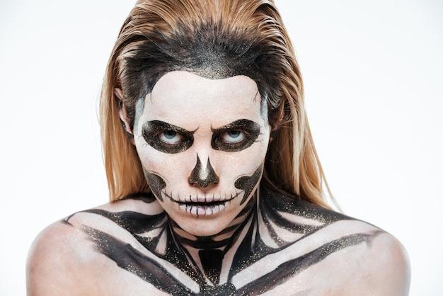 Ritratto di donna con il terrificante trucco di halloween su sfondo bianco