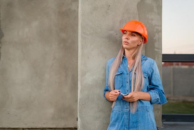 Ritratto di donna che lavora nelle costruzioni