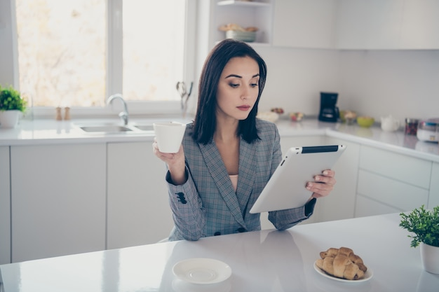 Ritratto di donna che lavora e fa colazione