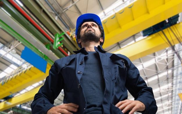 Ritratto di un lavoratore in una struttura industriale