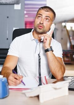 Ritratto di un uomo che lavora in uno studio di stampa