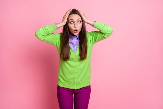 Ritratto di una ragazza preoccupata che urla tocca la testa con le mani guarda copyspace isolato sfondo color pastello