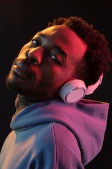 Ritratto di giovane uomo afroamericano con le cuffie