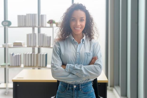 Un ritratto di giovane imprenditrice africana sorridente in un ufficio moderno