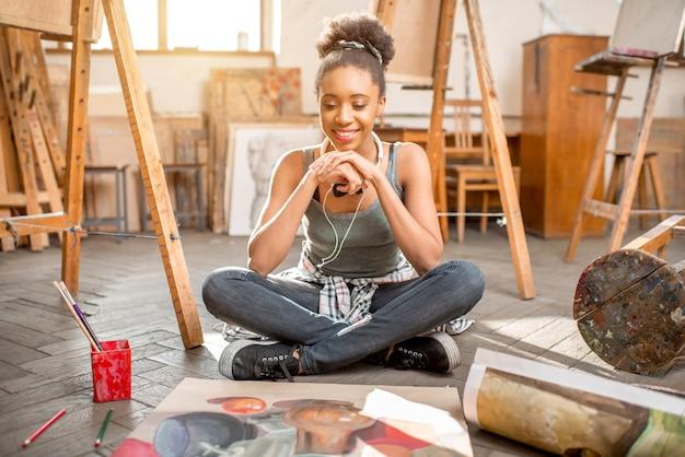 Ritratto di un giovane studente di etnia africana con pittura di natura morta presso lo studio universitario
