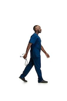 Ritratto di giovane medico africano in posa isolato su bianco