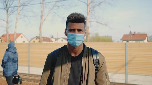 Ritratto di giovane uomo africano nella mascherina medica
