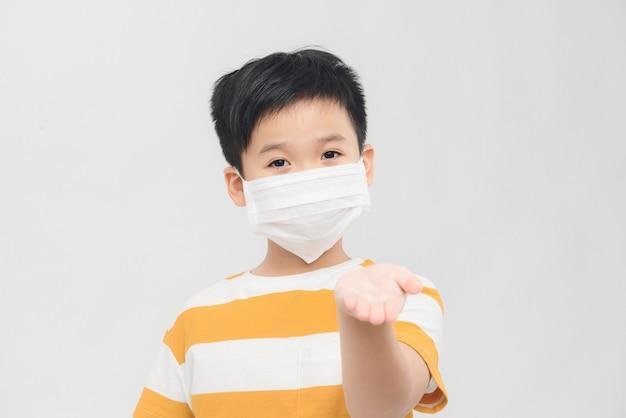 Ritratto di giovane ragazzo asiatico isolato su sfondo bianco