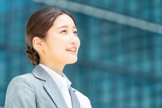 Ritratto di giovane donna d'affari asiatica in un distretto di uffici