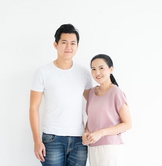 Ritratto di giovane coppia asiatica vestito casual guardando sorridente della fotocamera