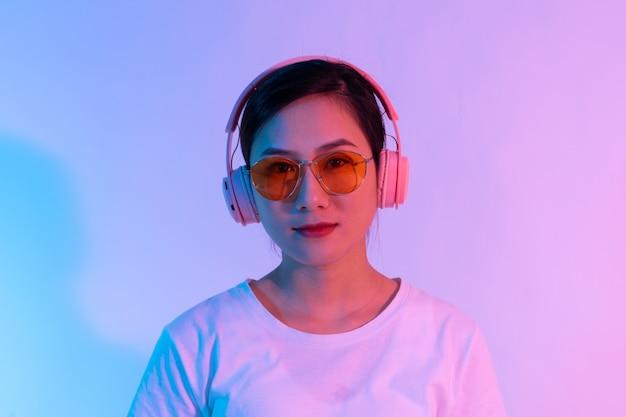 Ritratto di giovane ragazza asiatica che indossa le cuffie