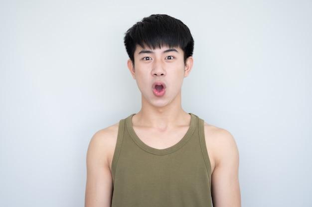 Ritratto di un giovane uomo asiatico