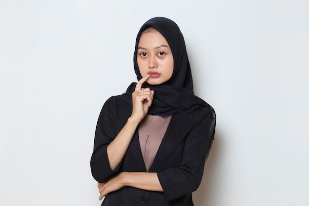 Ritratto di una giovane donna musulmana asiatica che pensa idea