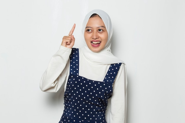 Il ritratto di una giovane donna musulmana asiatica pensa all'idea