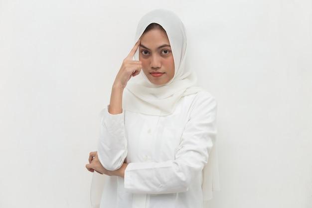 Il ritratto di una giovane donna musulmana asiatica pensa