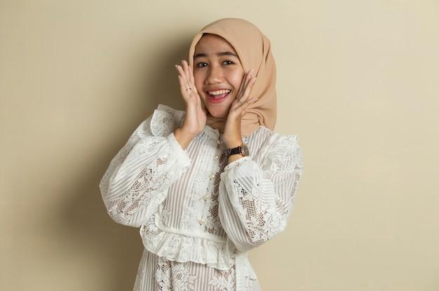 Ritratto di giovane donna musulmana asiatica che indossa l'hijab sensazione di sorpresa per qualcosa