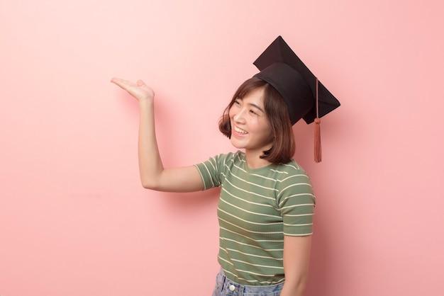Un ritratto di giovane studente asiatico che indossa il cappello di laurea