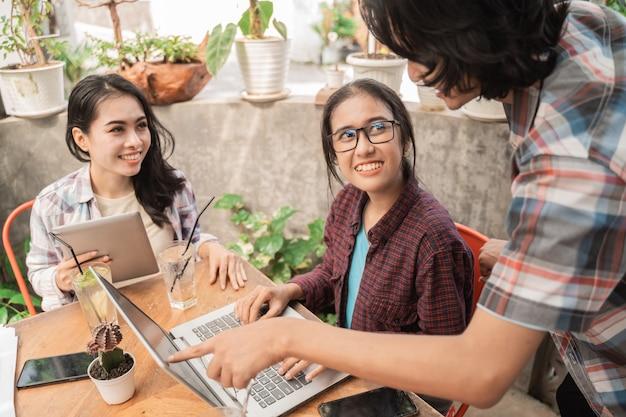 Ritratto di giovani studenti asiatici riuniti in un caffè