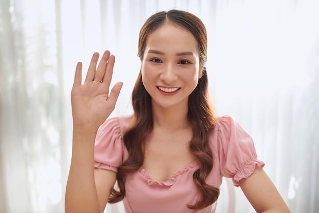 Ritratto di giovane blogger asiatica a casa