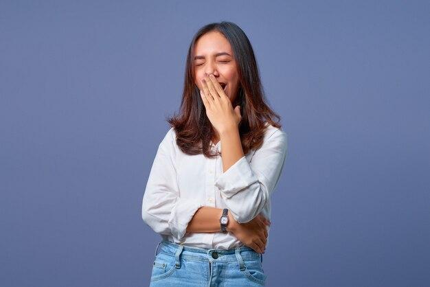 Il ritratto di una giovane donna asiatica si sente assonnato
