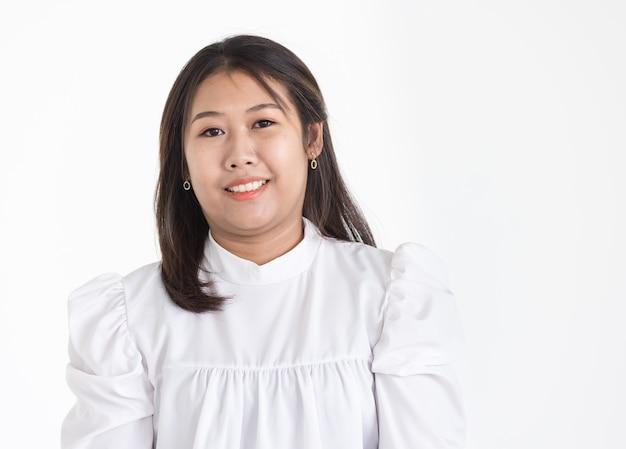 Ritratto di giovane donna asiatica che indossa camicia formale bianca sorridente con fiducia. isolato.