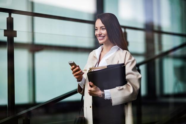Ritratto di giovane donna d'affari attraente che va in ufficio
