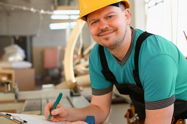 Ritratto di giovane uomo attraente nel lavoro