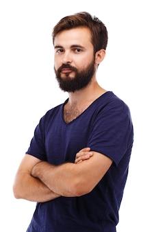 Ritratto di un giovane uomo barbuto isolato su bianco