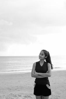 Ritratto di giovane bella donna turistica asiatica che si gode le vacanze sull'isola di koh lanta in thailandia