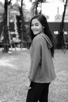 Ritratto di giovane bella donna asiatica in giro per la città