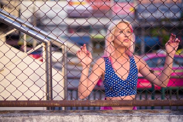 Ritratto di giovane bella donna bionda esplorando le strade della città all'aperto