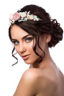 Ritratto di giovane bella sposa. acconciatura e trucco da sposa.