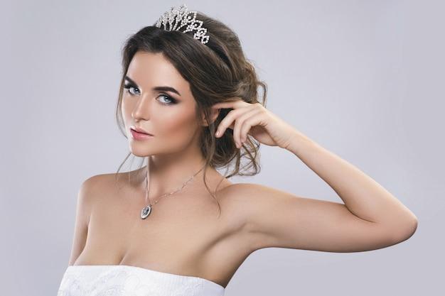 Ritratto di giovane bella sposa