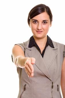Ritratto di giovane bella donna di affari che dà la stretta di mano
