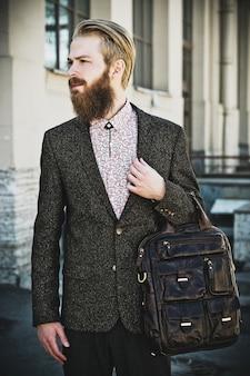 Ritratto di giovane uomo bello alla moda