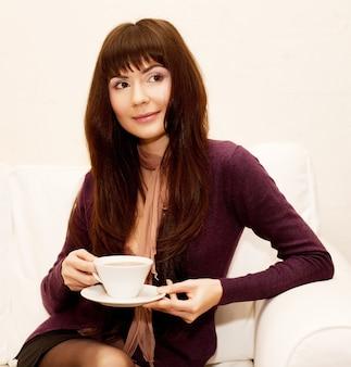 Ritratto di giovane bella donna felice con tè
