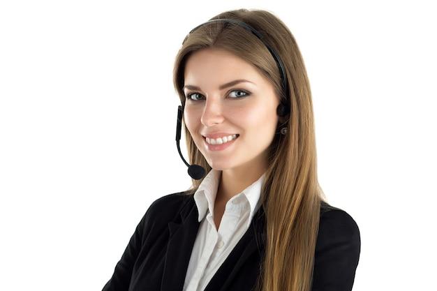 Ritratto di giovane bella sorridente call center lavoratore parlando con qualcuno. sorridente operatore del servizio clienti al lavoro