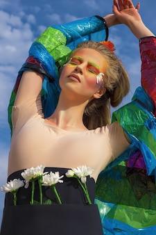 Ritratto di una donna giovane, bella, bianca, con un'acconciatura e un trucco di arte creativa