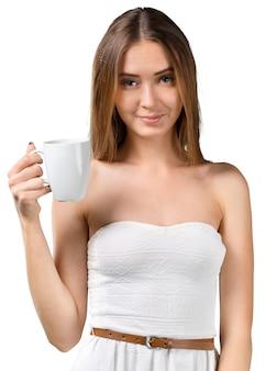 Ritratto di giovane bella donna che beve caffè o tè