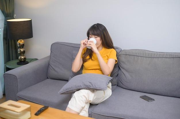 Un ritratto di giovane bella donna che beve una tazza di caffè